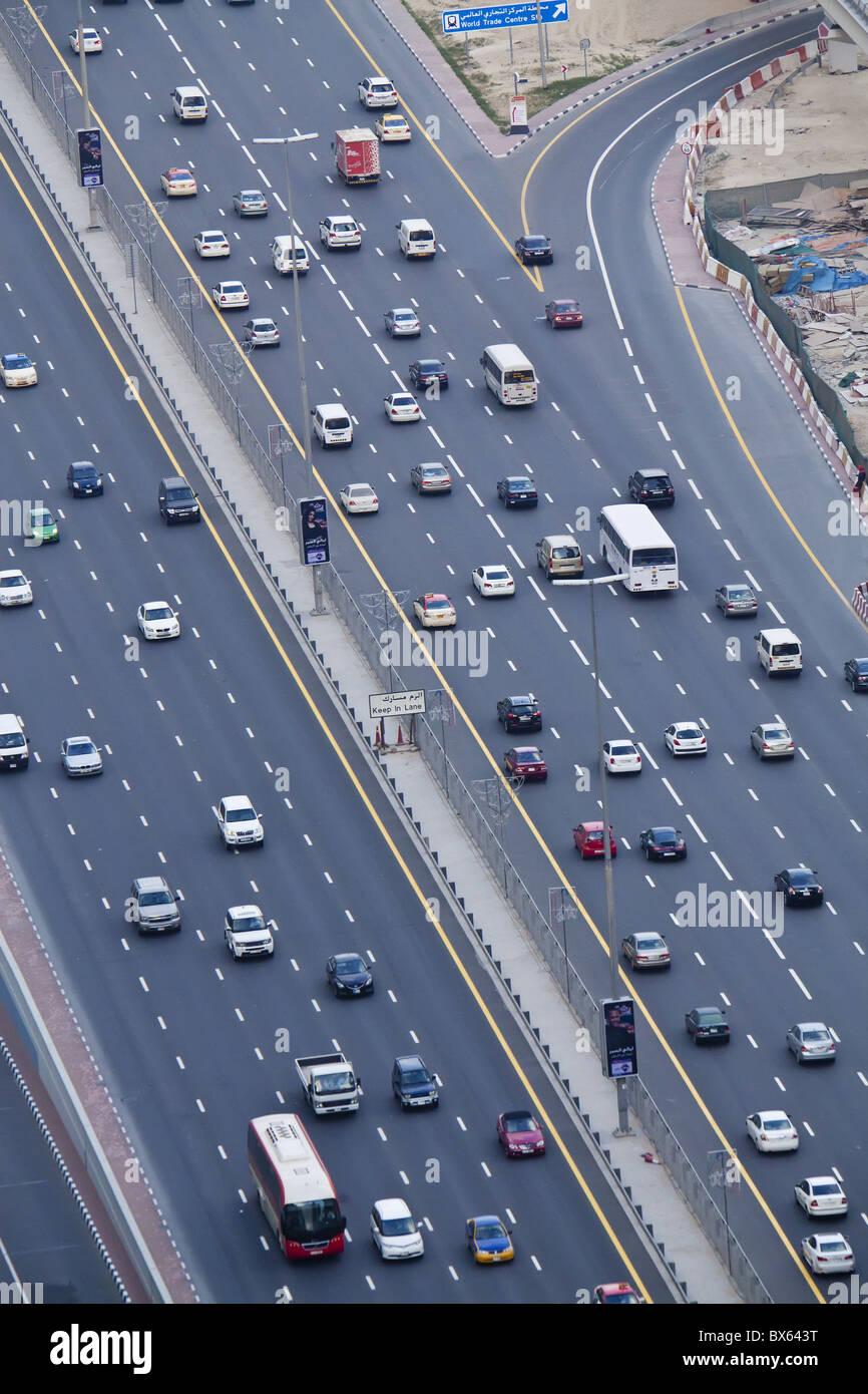 Erhöhten Blick auf Verkehr entlang der Sheikh Zayed Road, Dubai, Vereinigte Arabische Emirate, Naher Osten Stockbild