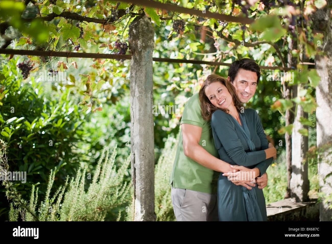 Zwei liebende, die in der Natur umarmt Stockfoto
