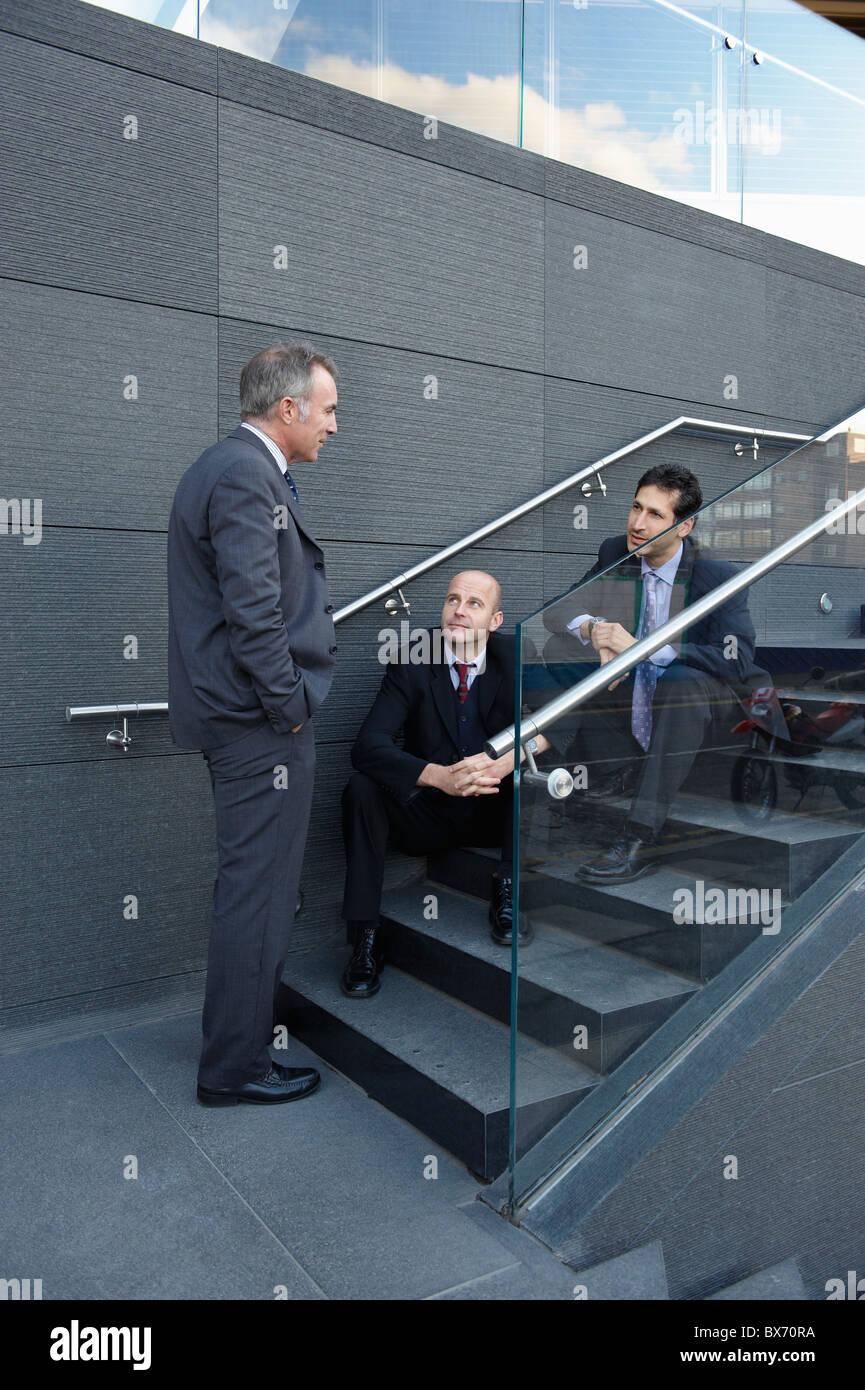 Geschäftskollegen sitzt auf der Treppe mit einem chat Stockbild