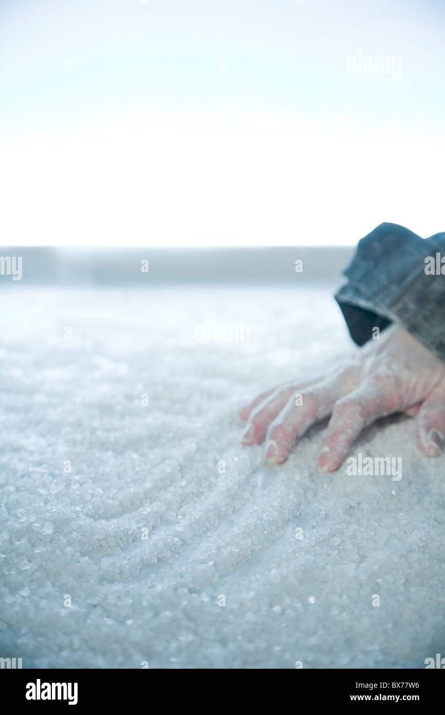 gefrorene Hand liegend auf Schnee und Eis. äußere Lage Stockfoto
