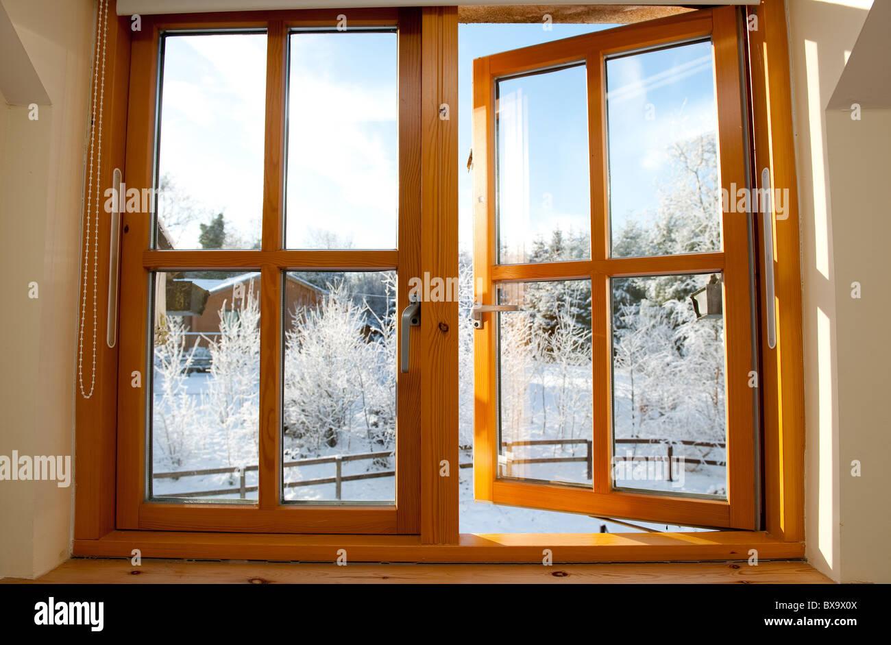 Früh am Morgen frostigen Winter Blick durch ein Fenster. Stockbild