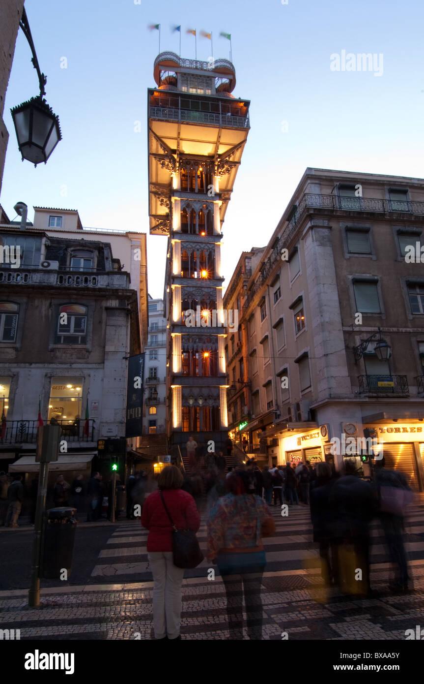 Elevador de Santa Justa (1900-1902), vertikalen Lift oder Aufzug am Ende der Rua Santa Justa, Lissabon Portugal Stockbild