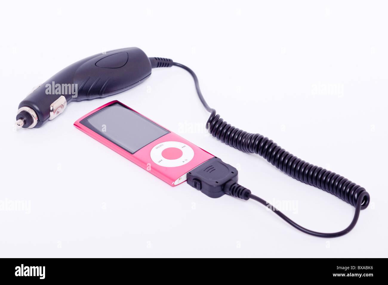Ein Ipod Nano 5th Generation digitalen Musik-Player mit Auto-Ladegerät Attatched auf weißem Hintergrund Stockbild