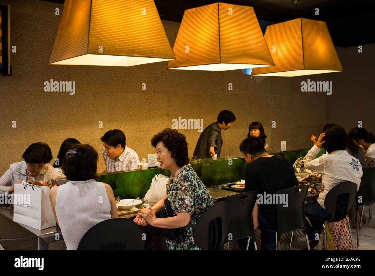 Wohlhabende Koreaner Essen Mittagessen in einem Restaurant im Lotte Department Store Stockbild