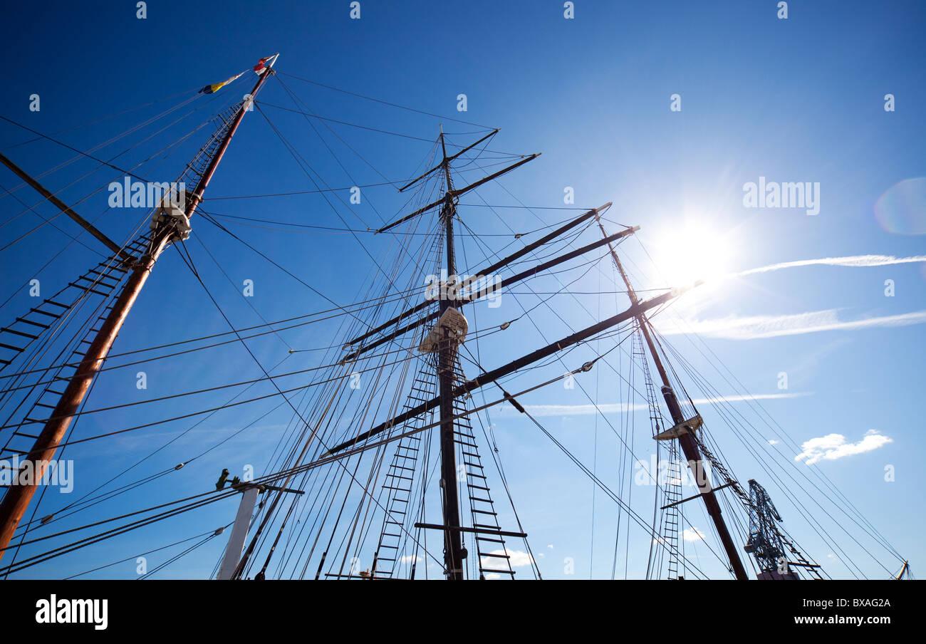 Mast zu versenden. Am blauen Himmelshintergrund. Stockbild
