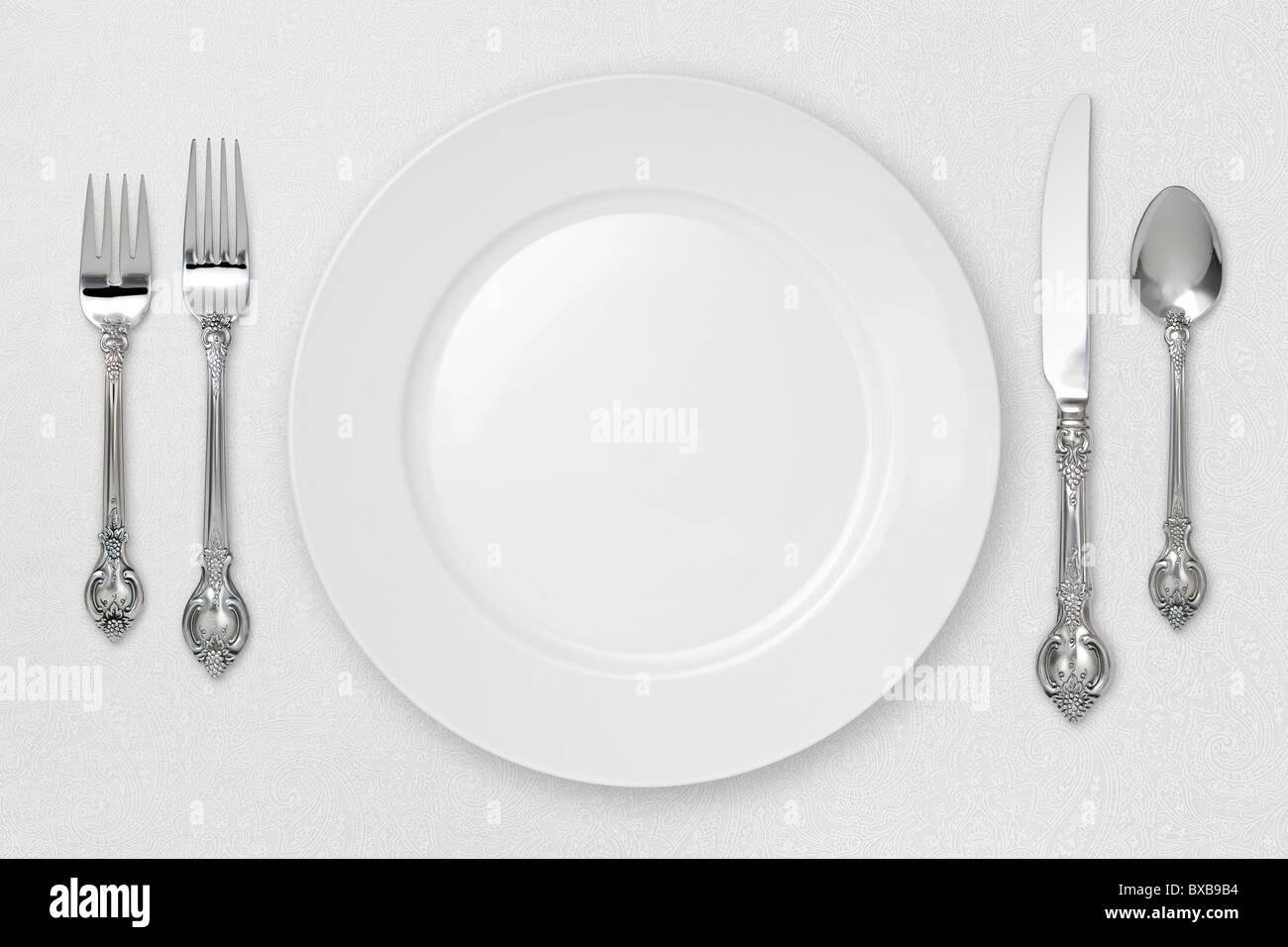 Weiß Gedeck auf Tischdecke. Stockbild