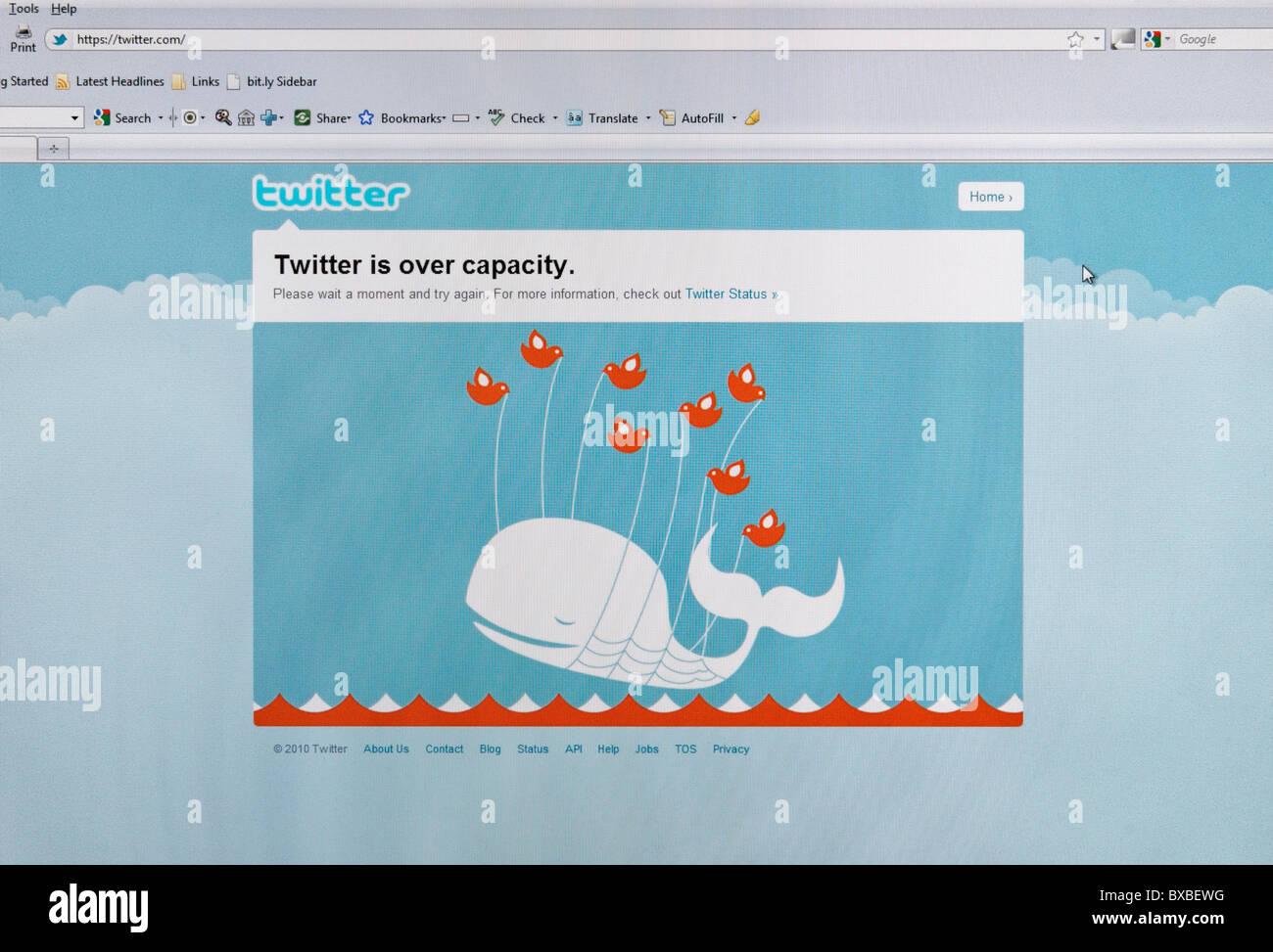 Twitter ist über Kapazität am Computer-Bildschirm und 'fail Whale' Fehlermeldung. NUR ZU REDAKTIONELLEN Stockbild