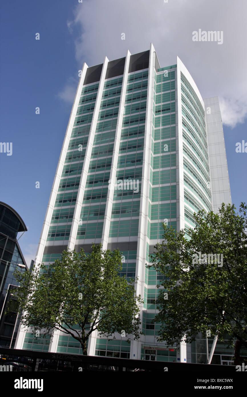 Gesehen von der Nordseite der Euston Road ist der Hauptturm der jüngsten Sanierung des The University College Stockbild