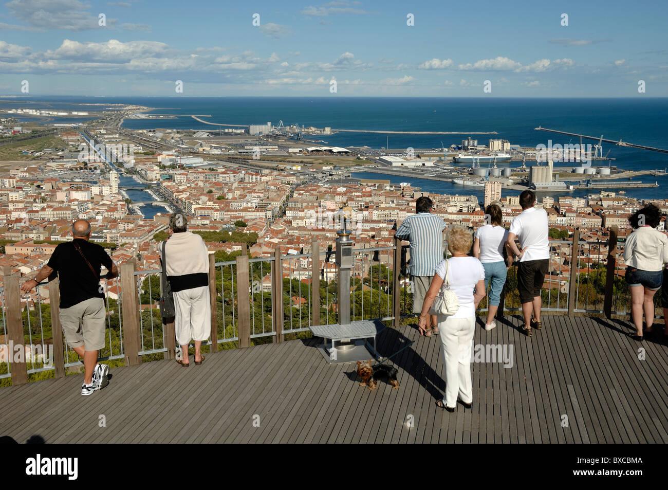 Touristen am Mont St-Clair Aussichtspunkt mit Blick auf den Canal City oder die Stadt Sète, Herault, Frankreich Stockbild