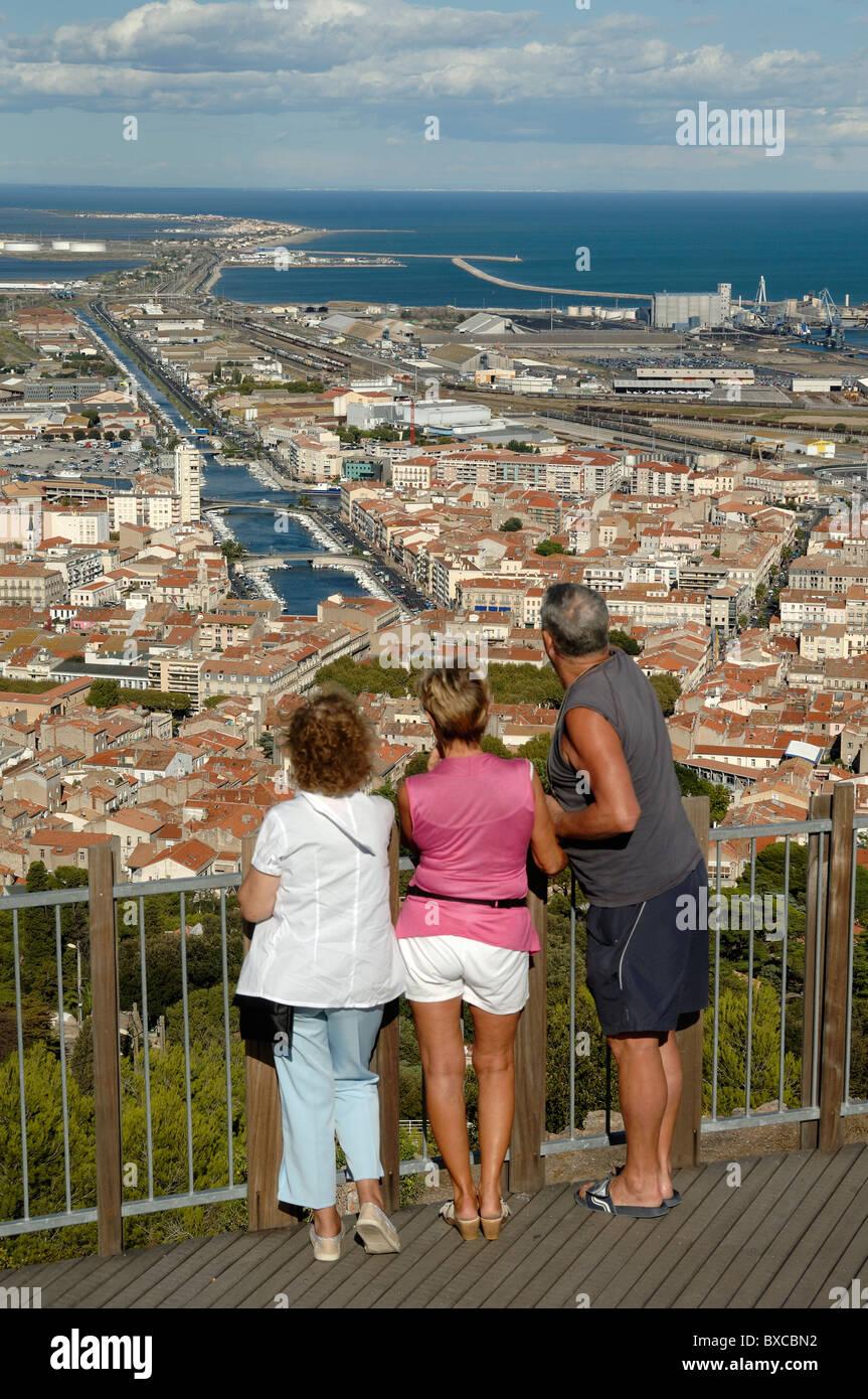 Touristen genießen Sie den Blick über Sète und Kanäle der Stadt vom Mont St-Clair Standpunkt, Stockbild