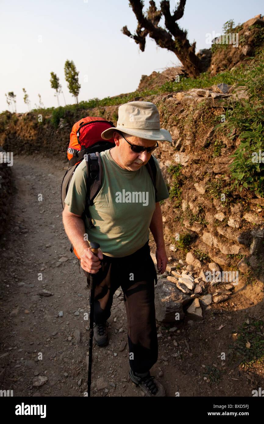 Ein Trekker steckt seinen Kopf nach unten und Märsche bergauf in Nepal. Stockbild