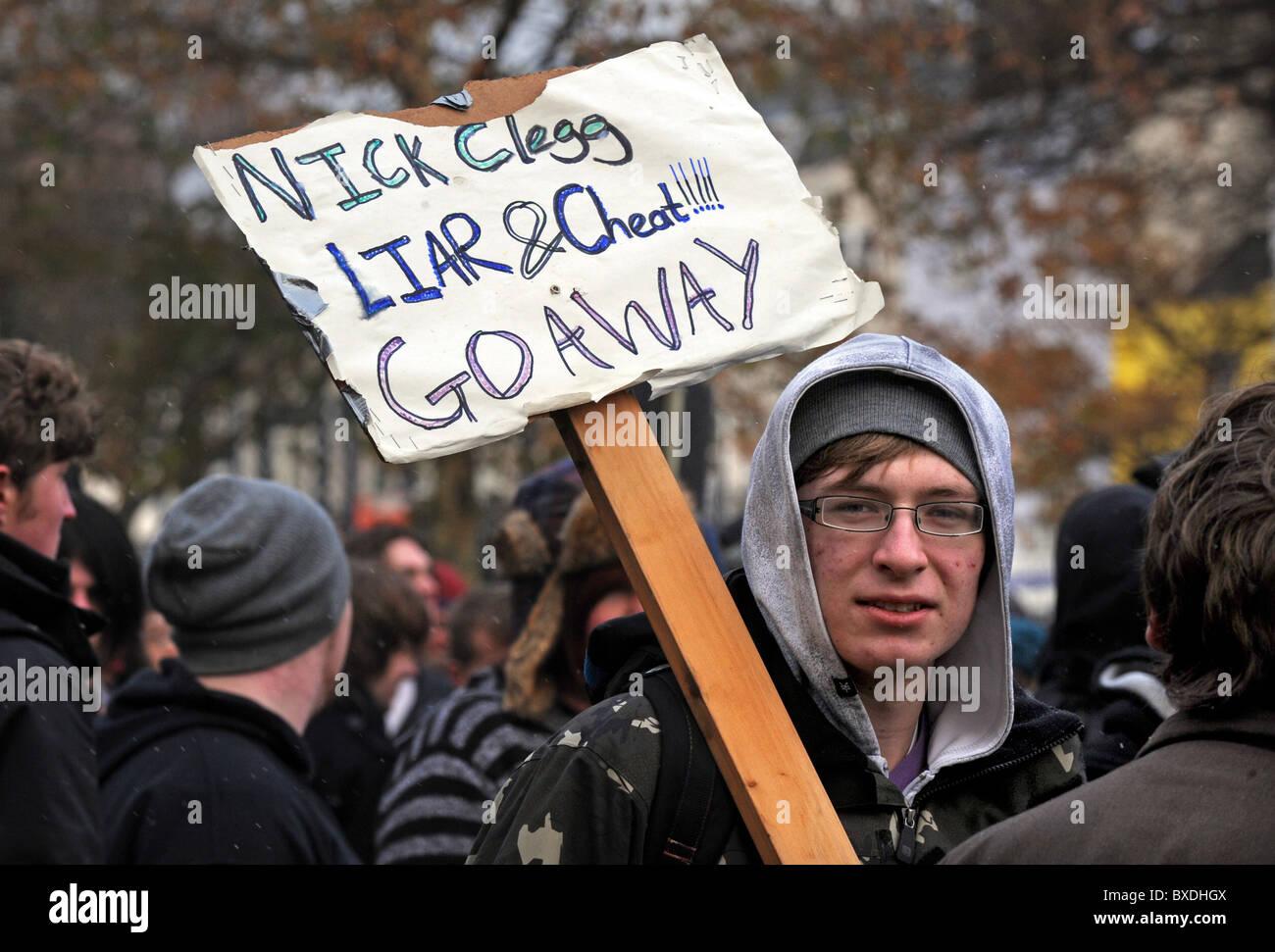 Masse Demonstration in Brighton gegen Kürzungen der Regierung zur Hochschulfinanzierung - Demonstrantin mit einem Stockfoto