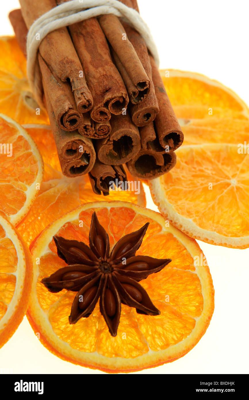 Weihnachtsdekoration, getrocknete Orange, Zimt und Anis Stockbild