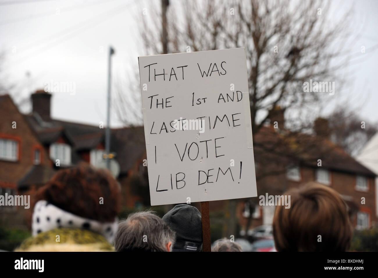 Anti-Lib Dem Plakat während auf dem Display während einer Protestaktion März über die Regierung Stockbild