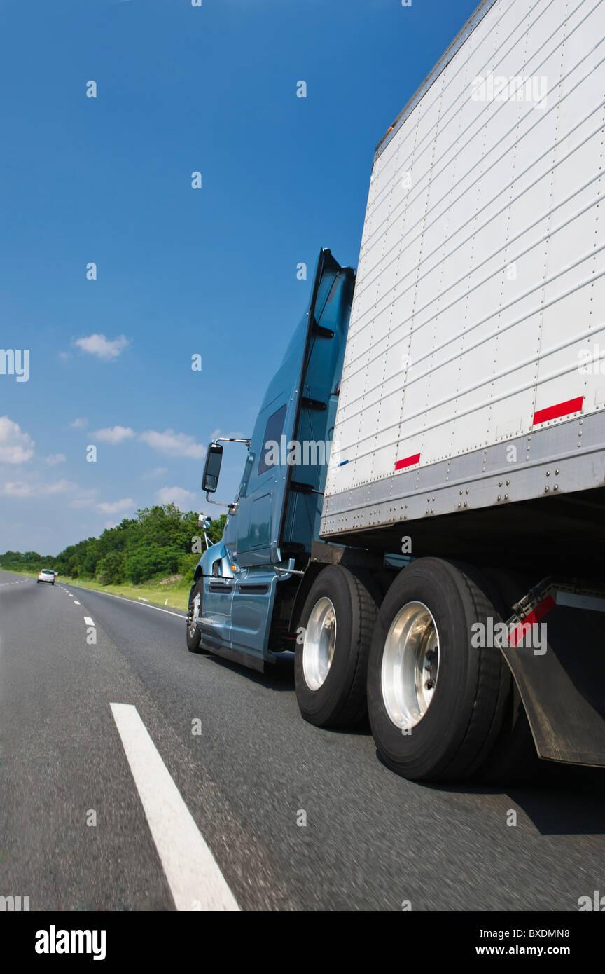 Transport-LKW auf der Autobahn Stockbild