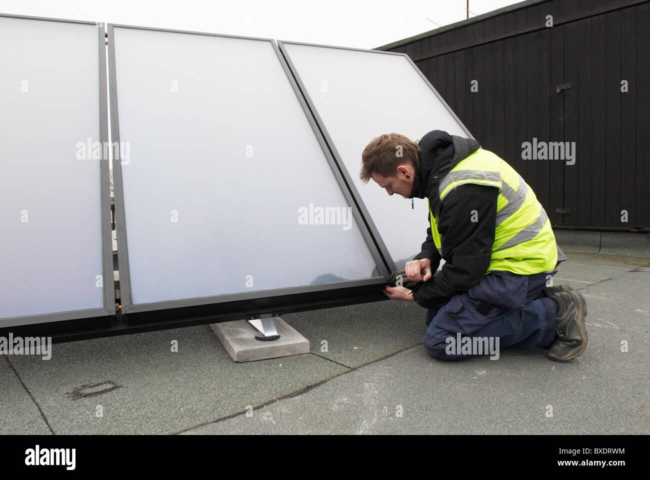 Warmwasser-Sonnenkollektoren auf dem Dach einer Schule Ipswich UK ausgestattet Stockfoto