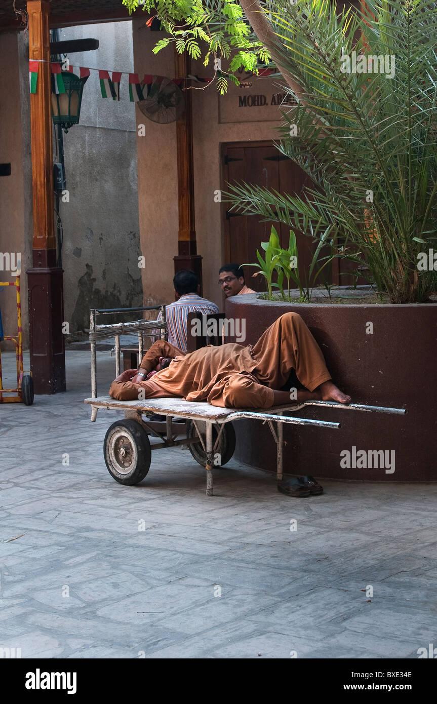 Porter Arbeiter schlafen in Dubai Stockbild