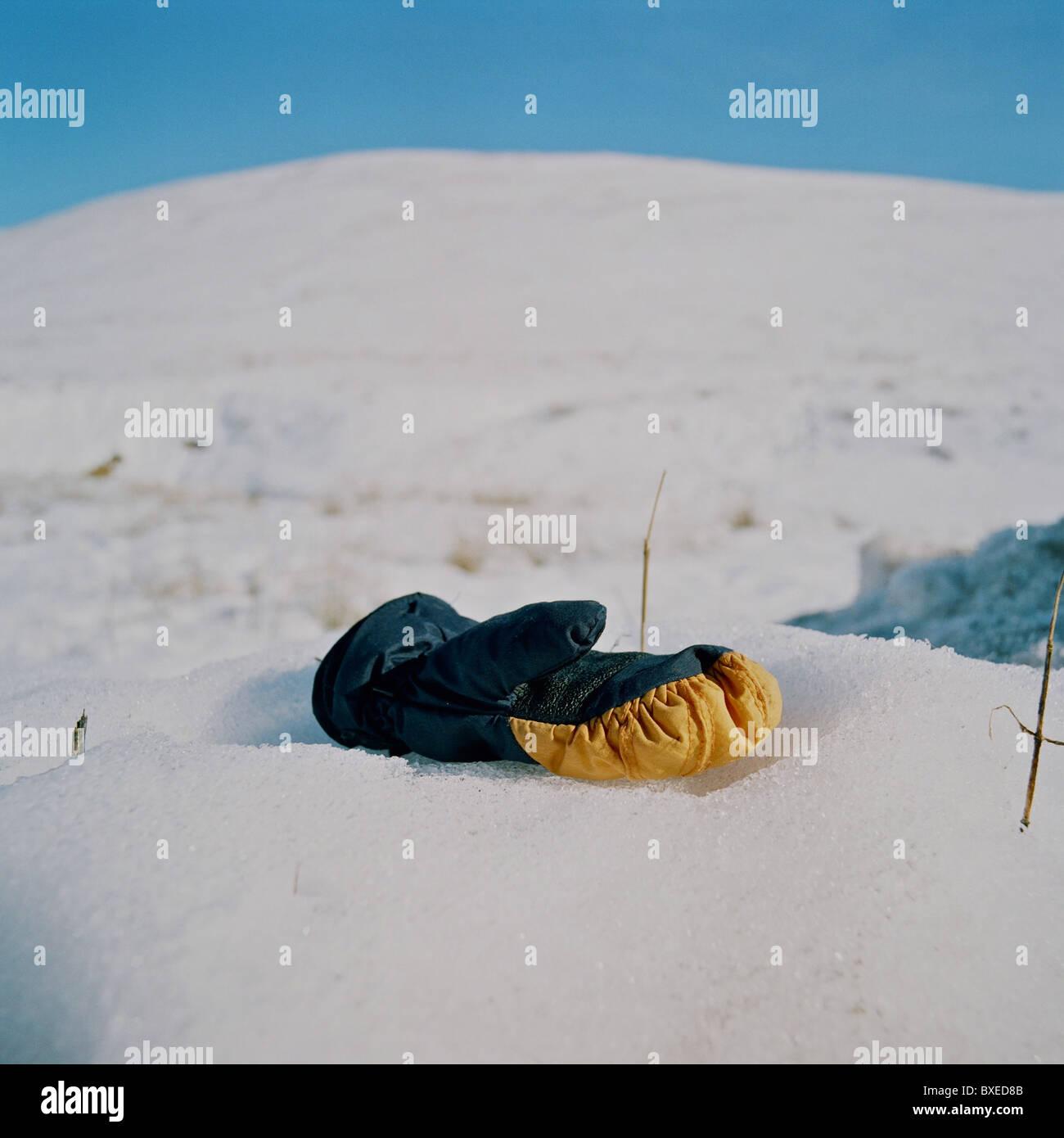 Verlorenen Handschuh im Schnee. Stockbild