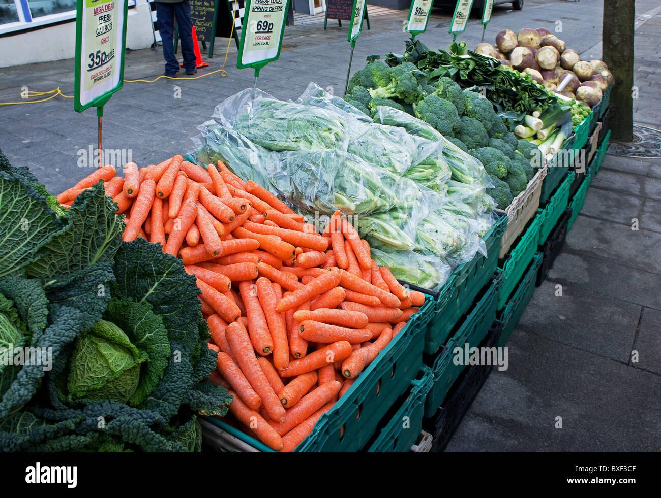 Gemüse der Saison für den Verkauf auf einem Dorfmarkt stall in Cornwall, Großbritannien Stockbild