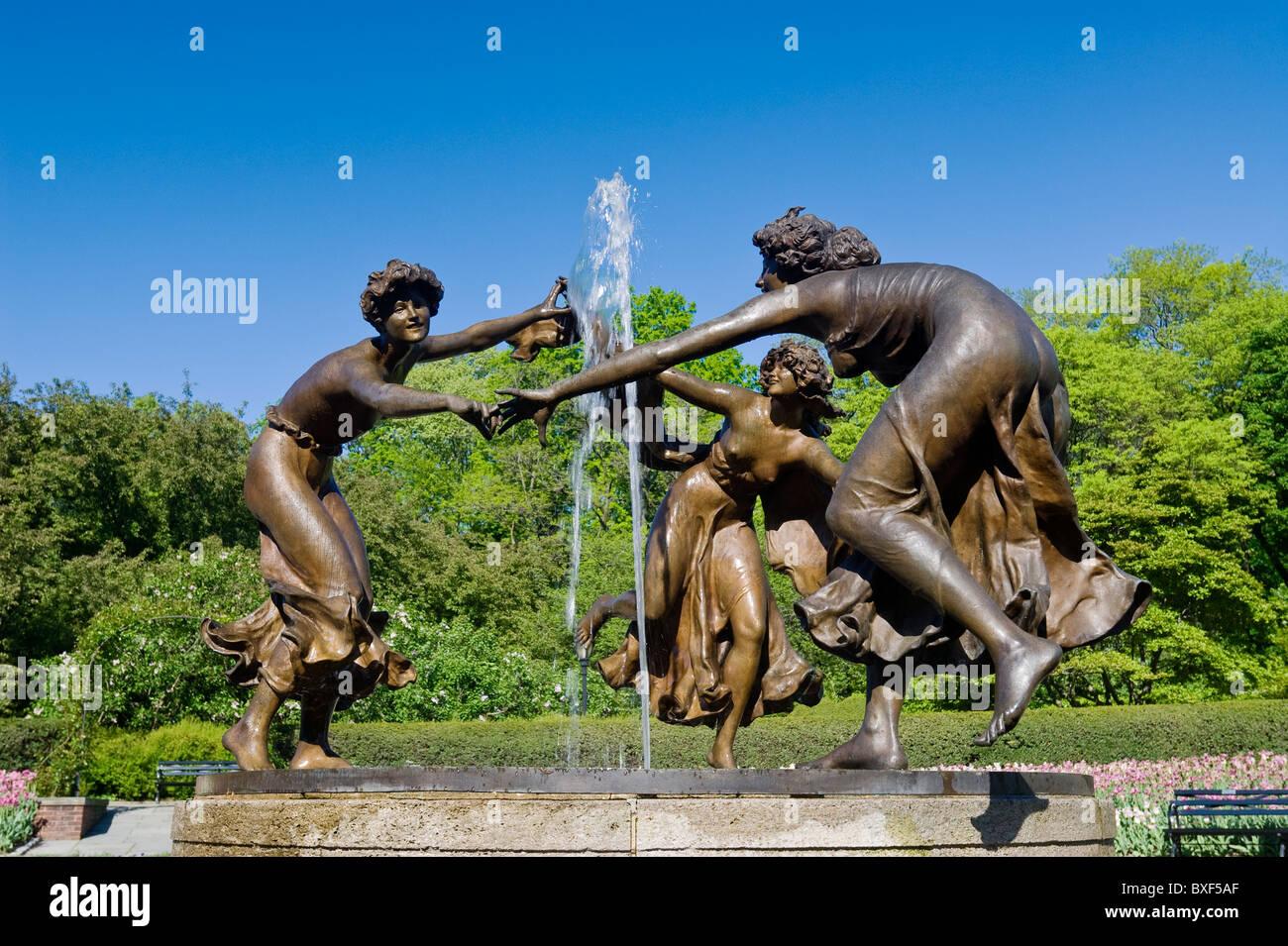 Wintergarten im Central Park in New York City mit der drei tanzende Jungfrauen-Statue von dem Bildhauer Walter Schott. Stockbild