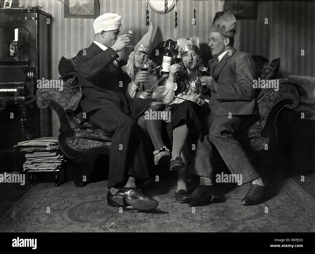 Karneval, Party mit Freunden, Berlin, Deutschland, ca. 1926, 1920er ...