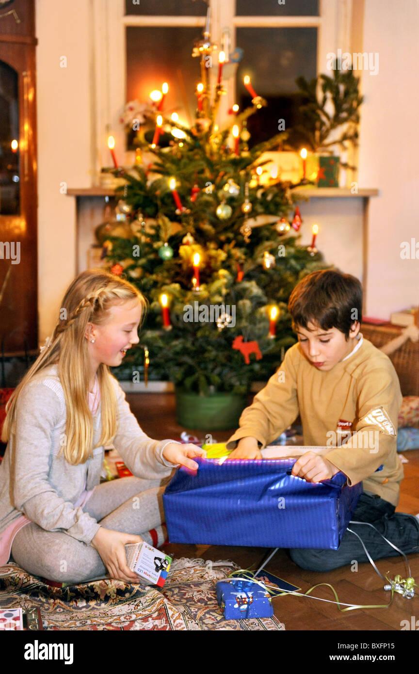 die Abgabe der Weihnachten Weihnachtsgeschenke, Kinder, Heiligabend ...