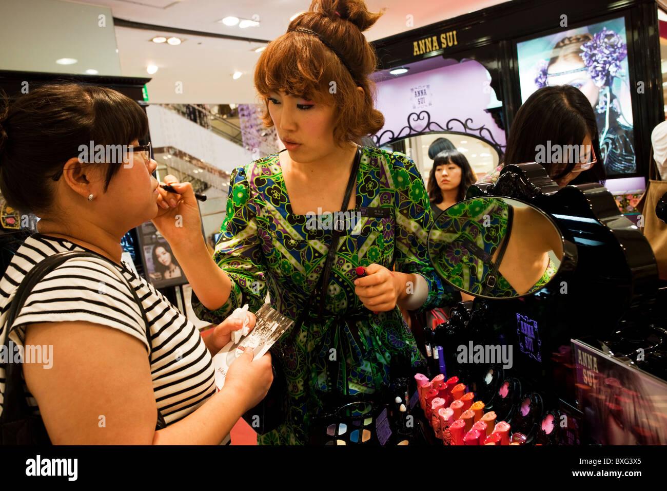 Frau ist in der Kosmetik-Abteilung im Einkaufszentrum von Seoul, Sou Korea gemacht wird Stockbild