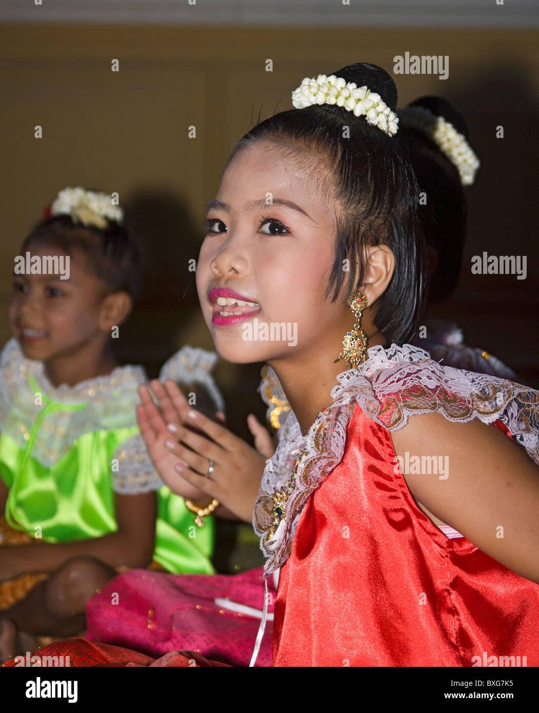 Junge Thai Kinder in Tracht an Thailand Tourismus Behörde Golden Jubilee Grand Rezeption; Bangkok, Thailand. Stockbild