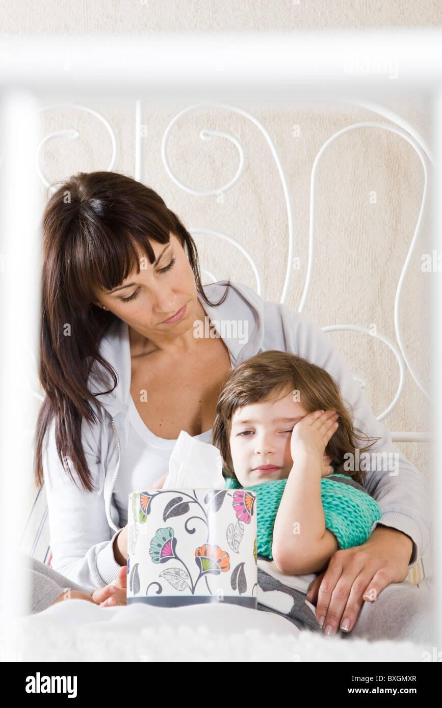 Mutter kümmert sich um kranke Tochter Stockbild