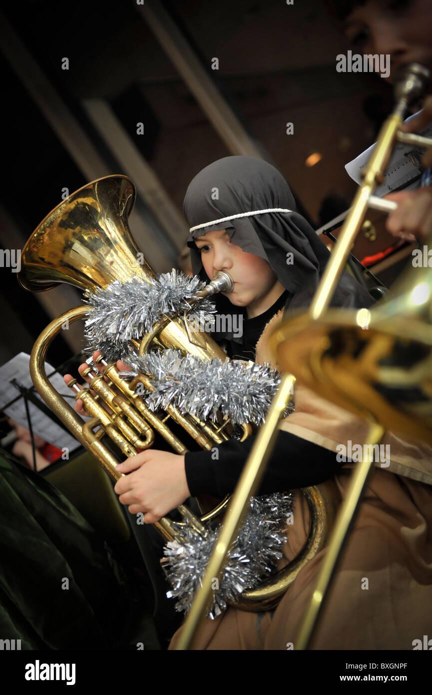 Kinder spielen Musikinstrumente in einer Grundschule Weihnachts-Krippenspiel, UK Stockbild