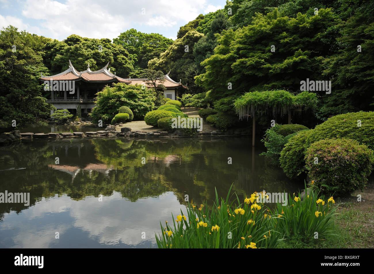 Traditionelle japanische teehaus im park shinjuku tokyo for Traditionelle japanische architektur