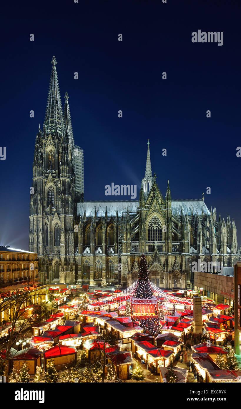 Weihnachtsmarkt auf dem Roncalli-Platz vor der Kathedrale Stockbild