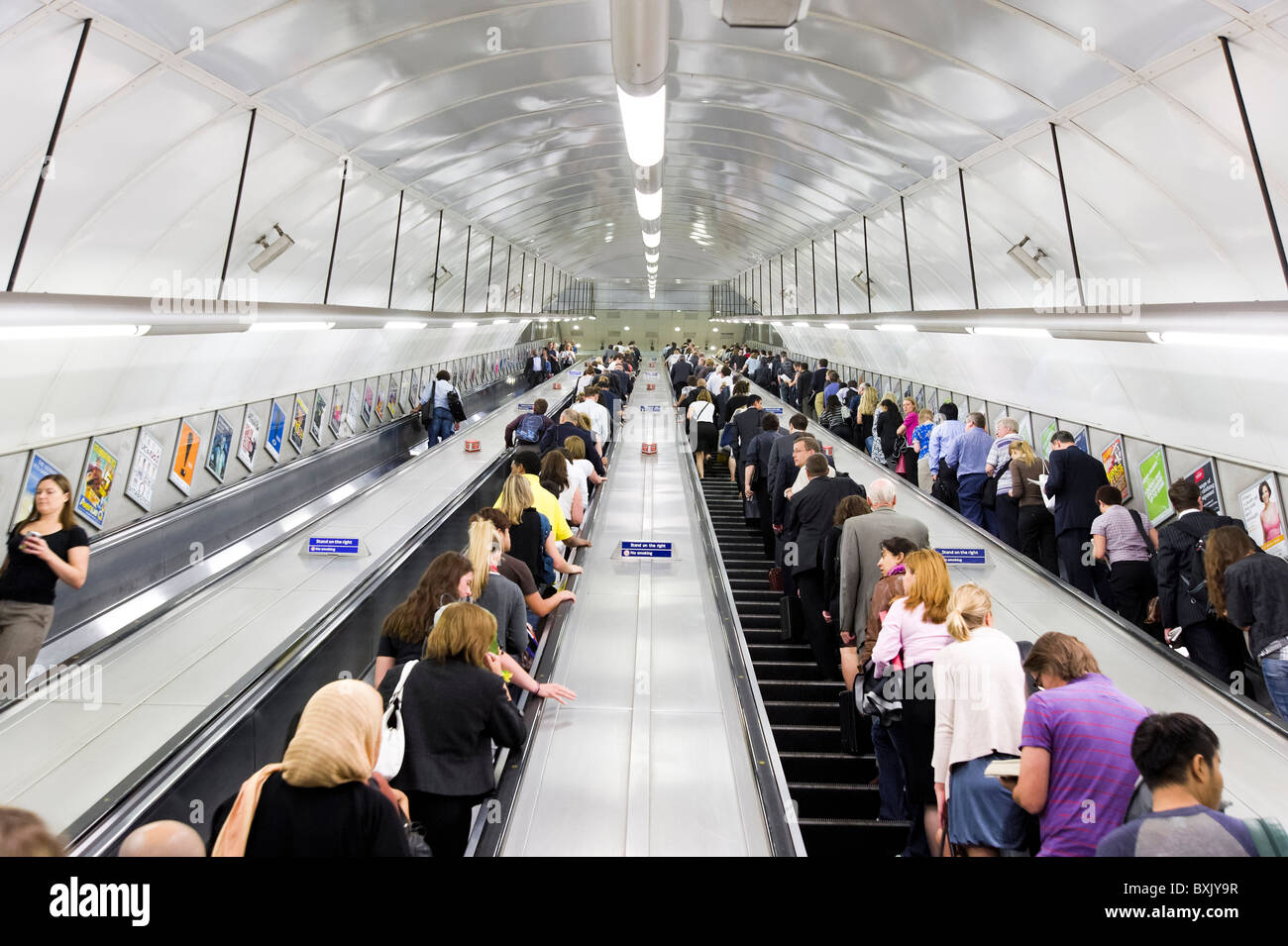 Die Londoner U-Bahn Fahrtreppen am Holborn Station während der Rush Hour, England, Großbritannien Stockbild