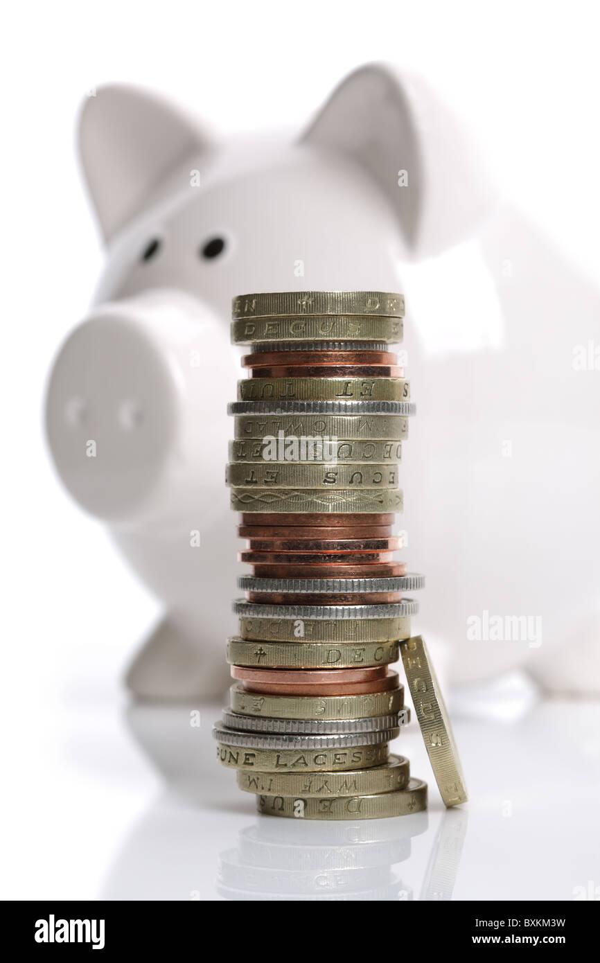 Sparschwein und Münzen Stockbild