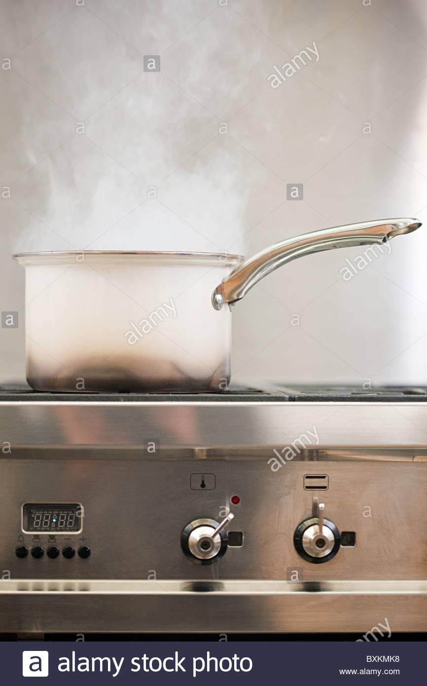 Topf auf Herd mit Dampf kochen Stockbild