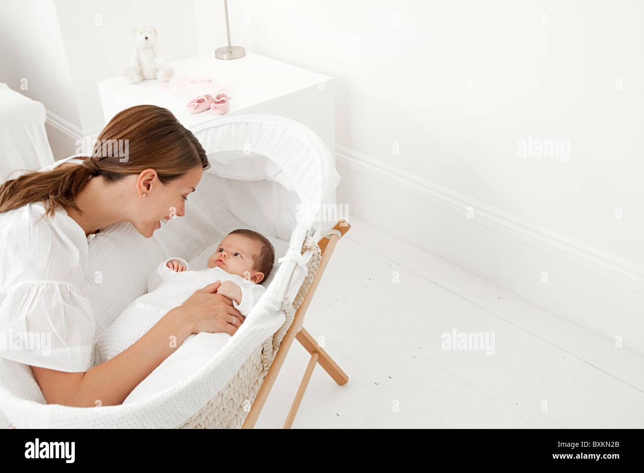 Mutter mit baby im stubenwagen stockfoto bild  alamy