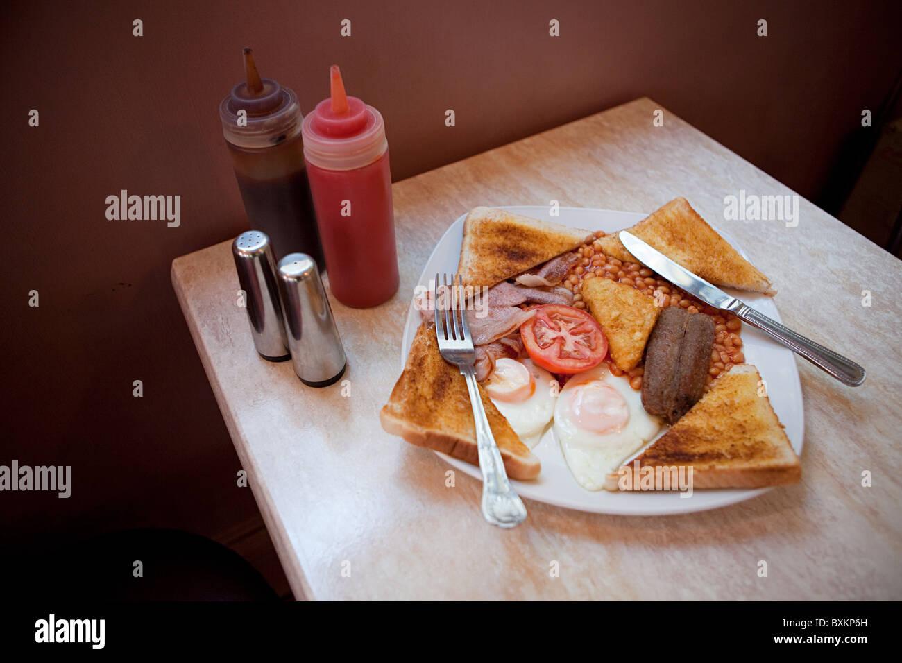 Englisches Frühstück in einem Café-Tisch Stockbild