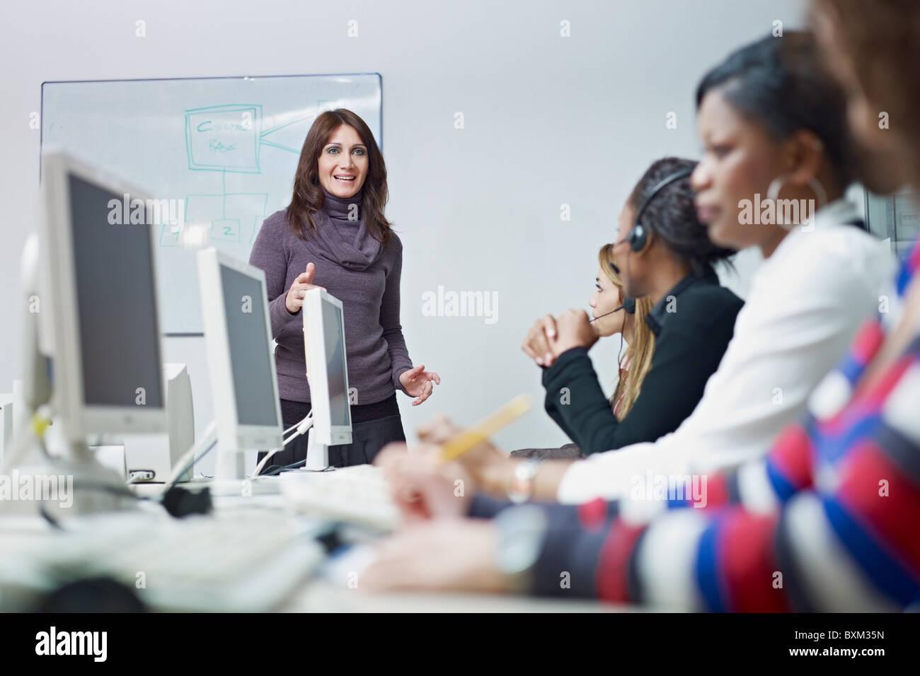 multiethnische Gruppe von weiblichen Kundendienstmitarbeiter in eine Sitzung, Erwachsene Geschäftsfrau sprechen. Stockbild