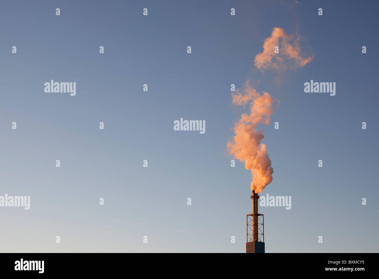 Verunreinigung der Luft durch eine industrielle Schornstein. Stockbild