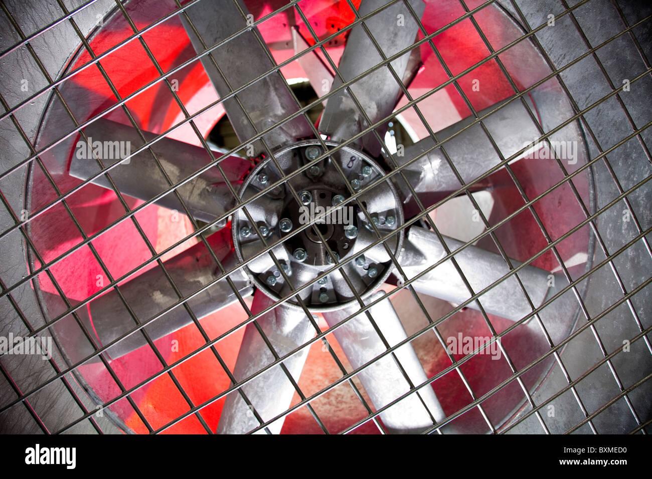 Industriegebläse hinter einem Metallgitter, Stockbild