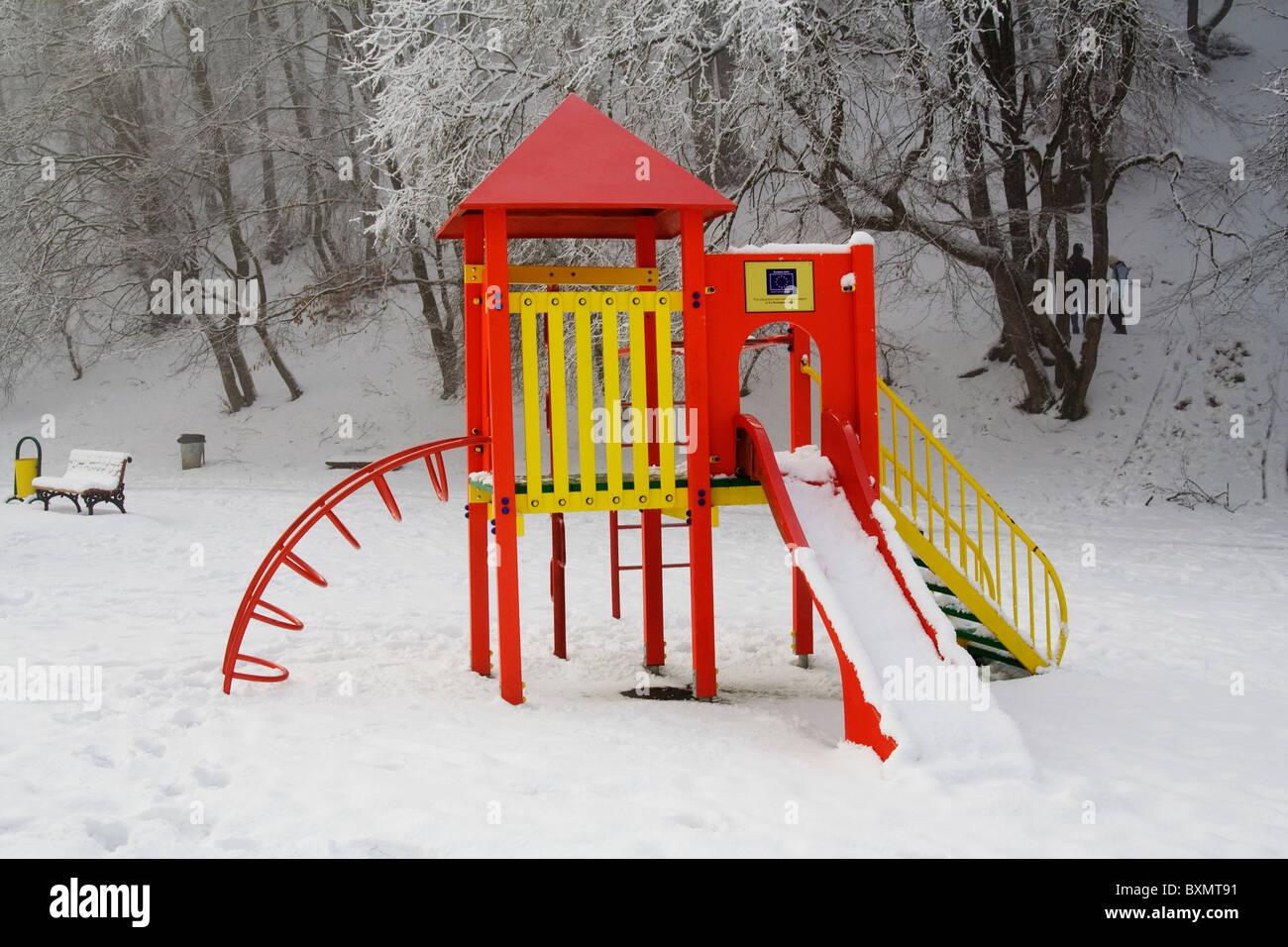 Klettergerüst Englisch : Klettergerüst und folien auf einem kinderspielplatz verschneite