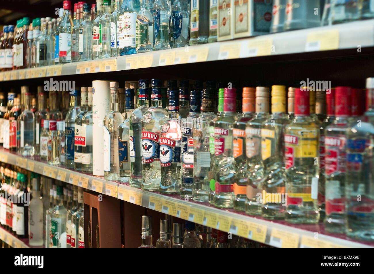 Flaschen Wodka und anderen Alkohol Getränke im Shop. Soft-Fokus ...