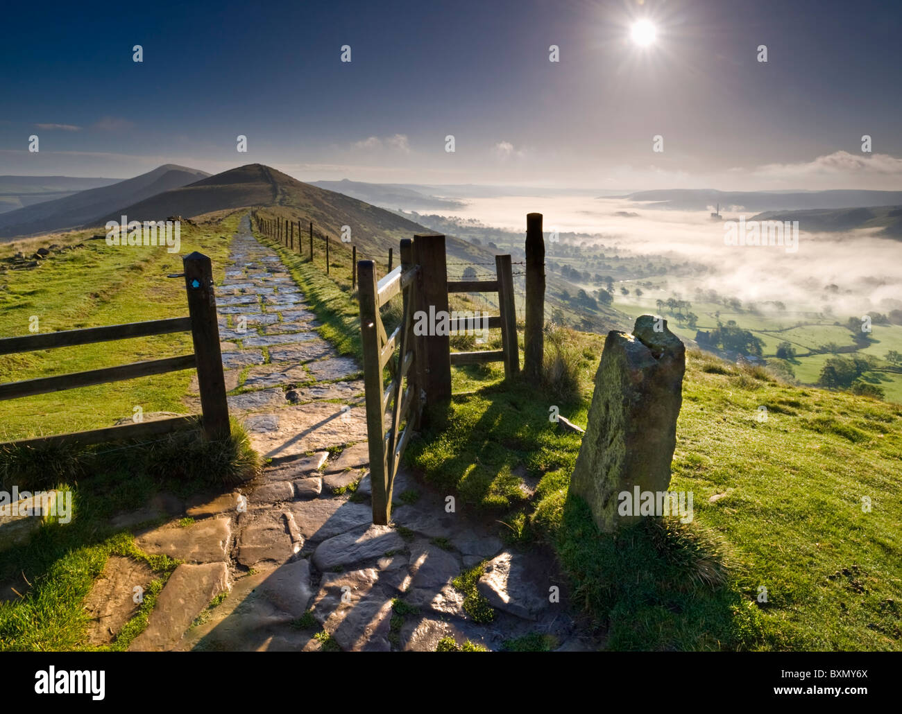 Nebel beladen Hope Valley unterhalb der großen Ridge, Peak District National Park, Derbyshire, England, UK Stockbild