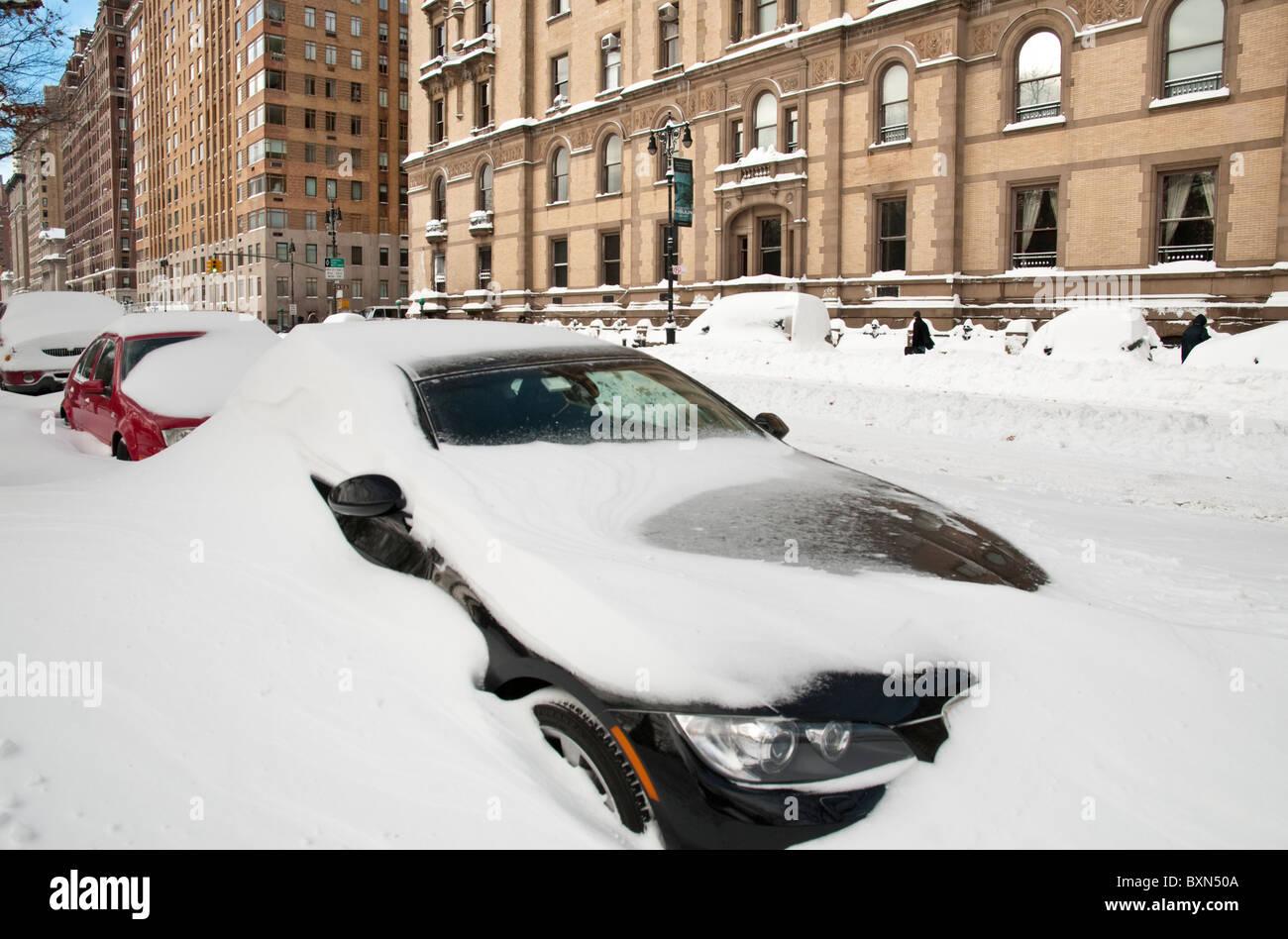 Autos im Schnee in New York City - 27.12.10 begraben Stockfoto