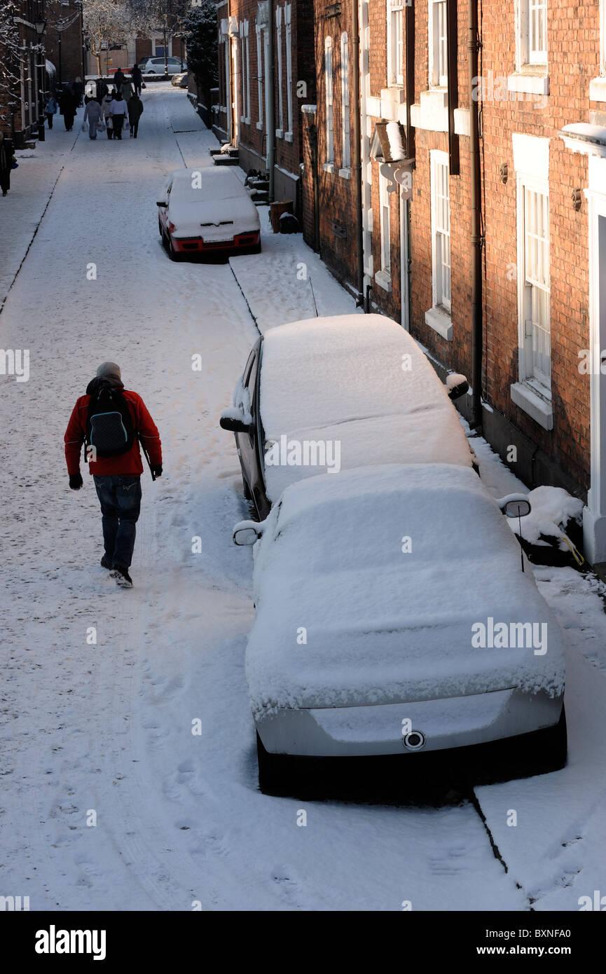 Schnee bedeckt, Autos und Fussgänger Stockbild