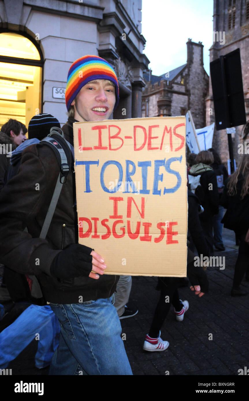 Demonstrant mit Lib Dems Tories in Verkleidung Plakat, UK Stockbild
