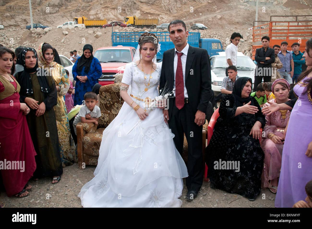 Einem straßenrand kurdische hochzeit in den bergen des nordirak nahe der stadt rowanduz und der iranischen grenze