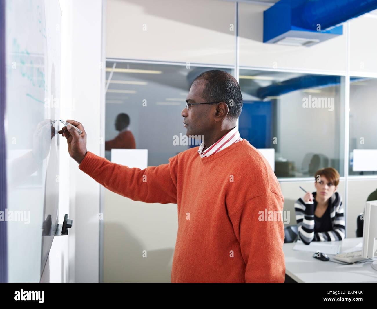 Computer-Klasse mit indischen Lehrer schreiben an Bord und Studenten ...