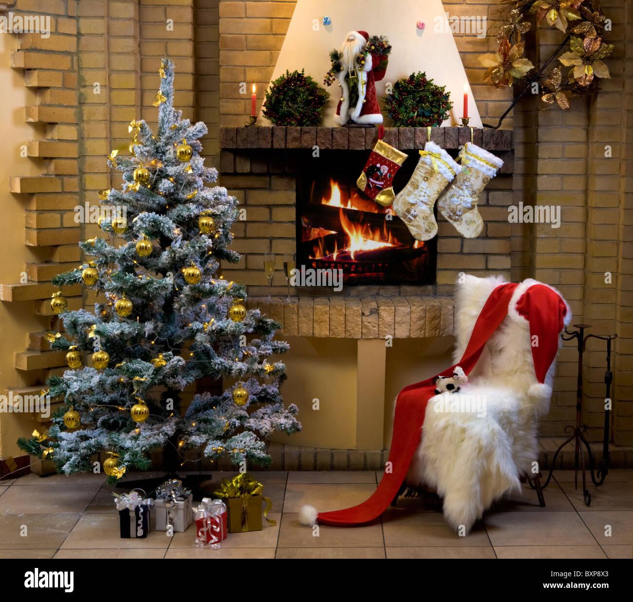 Weihnachts-Zimmer mit Kamin, Stuhl, präsentiert unter geschmückten ...