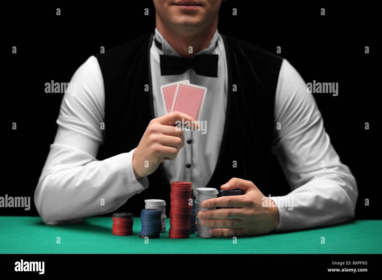 Mann mit Fliege Karten und Glücksspiele chips Stockbild